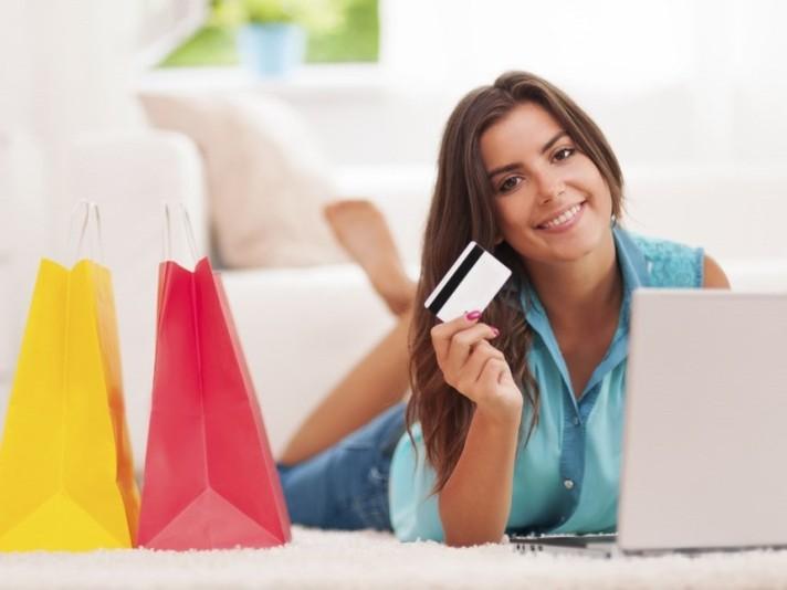 Una-chica-haciendo-compras-por-internet